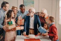 famille nombreuse présent le gâteau et les cadeaux au gris photos libres de droits