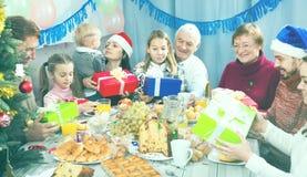 Famille nombreuse remettant des cadeaux entre eux Photographie stock