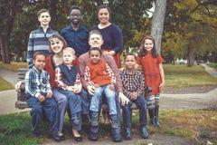 Famille nombreuse s'asseyant sur le banc photo libre de droits