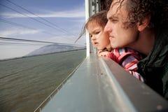 Famille observant dans la fenêtre de train Photo stock