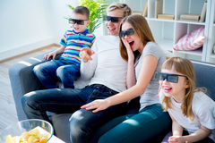 Famille observant un film 3d Photo libre de droits