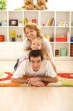Famille occasionnelle heureuse à la maison Photos libres de droits