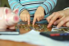 Famille occupée dans des finances de ménage Images stock