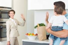 Famille ondulant au revoir à la femme d'affaires photographie stock