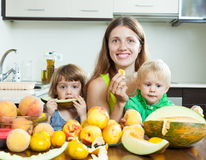 Famille ordinaire mangeant le melon Photo libre de droits
