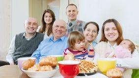 Famille ou groupe heureuse d'amis au-dessus de thé Photo libre de droits