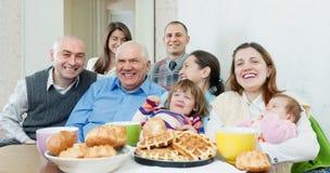Famille ou groupe sur plusieurs générations d'amis Photographie stock libre de droits