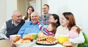 Famille ou groupe sur plusieurs générations heureuse d'amis Image stock