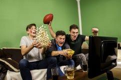 Famille, père enthousiaste et fils encourageant pour le touchdown Images libres de droits