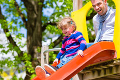 Famille - père et fille jouant sur un gymnase de jungle Photo stock