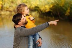 famille Père et fille Loisirs par la rivière Images libres de droits