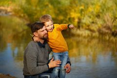 famille Père et fille Loisirs par la rivière Photographie stock libre de droits