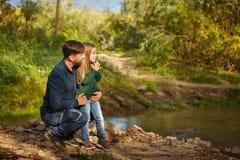 famille Père et fille par la rivière Photographie stock