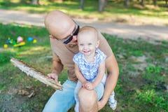 Famille - père et petite fille - avoir une partie de barbecue Photos libres de droits