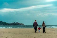 Famille, père, mère et petit enfant à la plage, au camp images libres de droits
