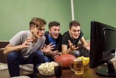 Famille, père sorti et fils observant le football Image libre de droits