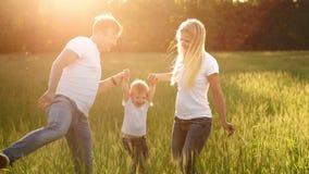 Famille, papa de maman et fils heureux sur une promenade émotive Courant et appréciant la vie dans un domaine vert à l'air frais, banque de vidéos
