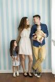 Famille par le mur Photographie stock