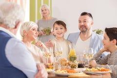 Famille parlant à la table photos stock