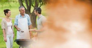 Famille parlant autour du BBQ avec la transition orange trouble Photos stock