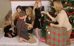 Famille partageant des cadeaux photo libre de droits
