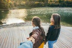 Famille passant le temps ensemble par le lac Image stock