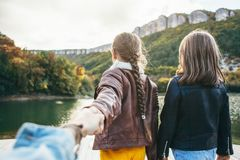 Famille passant le temps ensemble par le lac Photographie stock