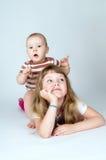 Famille, petit frère et jouer de soeur Photographie stock libre de droits