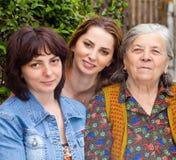 Famille - petite-fille et grand-mère de descendant Image libre de droits