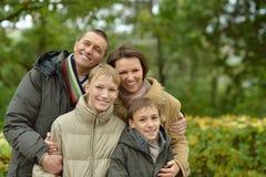 famille posant en parc Photos libres de droits