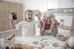 Famille positive dupant autour dans la cuisine Images libres de droits