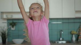 Famille positive faisant la pile des mains à la maison clips vidéos