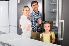Famille positive sélectionnant le réfrigérateur Photo stock