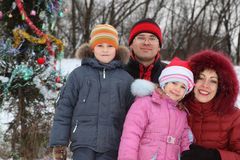 Famille près d'arbre de Noël Photos stock