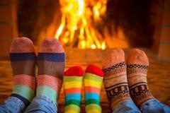 Famille près de cheminée Photographie stock libre de droits