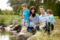 Famille près de lac en parc Image libre de droits