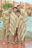Famille près de piscine Images libres de droits