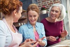 Famille préparant des biscuits de pain d'épice Photographie stock libre de droits
