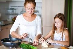 Famille préparant le petit déjeuner Photographie stock