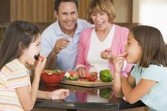 Famille préparant le repas ensemble Photo stock