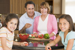 Famille préparant le repas ensemble Photographie stock
