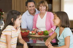 Famille préparant le repas ensemble Image stock