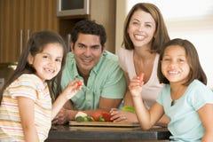 Famille préparant un repas ensemble Images stock