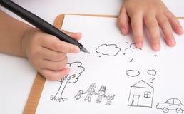 Famille préscolaire d'amour d'écriture d'enfant d'âge sur le papier Photos stock