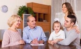 Famille prête à signer des documents d'opérations bancaires Photos libres de droits