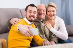 Famille prenant des photos Images libres de droits