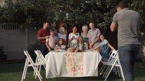 Famille prenant la photo de groupe banque de vidéos