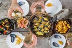 Famille prenant le déjeuner été avec des fruits de mer Image stock