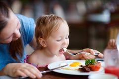 Famille prenant le petit déjeuner Photographie stock libre de droits