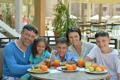 Famille prenant le petit déjeuner ensemble Images stock